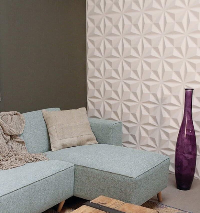 Decoração com sofá azul e revestimento 3D parede sala de estar – Foto: Pinterest