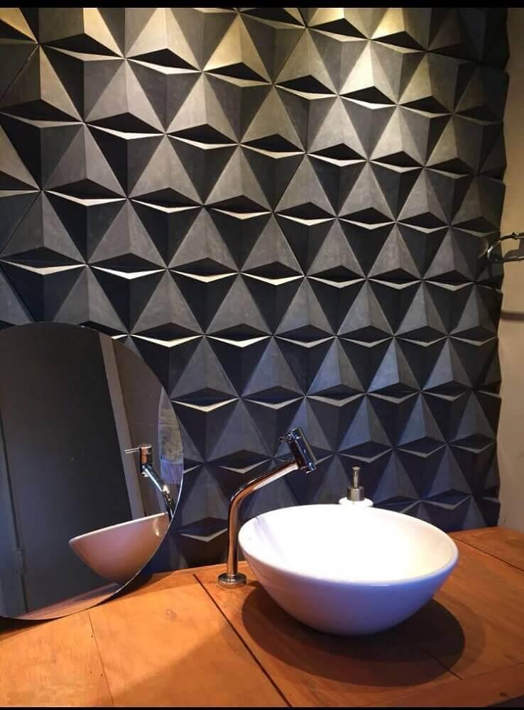 Decoração para banheiro com placas de revestimento 3D escuras trazendo um ar moderno para o espaço – Foto: Pinterest